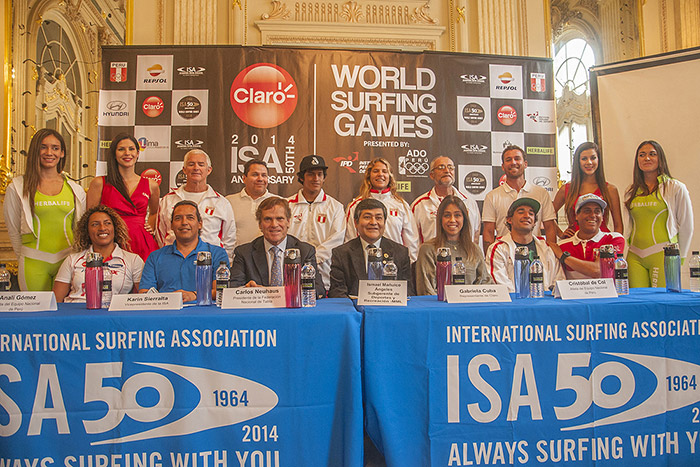 (Bottom row from left to right) Team Peru Member Analí Gómez, ISA Vice President Karin Sierralta, Peruvian Surfing Federation President Carlos Neuhaus, Municipality of Lima Manager of Sports and Recreation Ismael Mañuico, Claro's Gabriela Cuba, Team Peru Member and 2011 ISA World Junior Champion Cristobal De Col, and Team Peru Member Sebastian Alarcon, joined by the rest of the National Team. Photo: ISA/ Rommel Gonzales